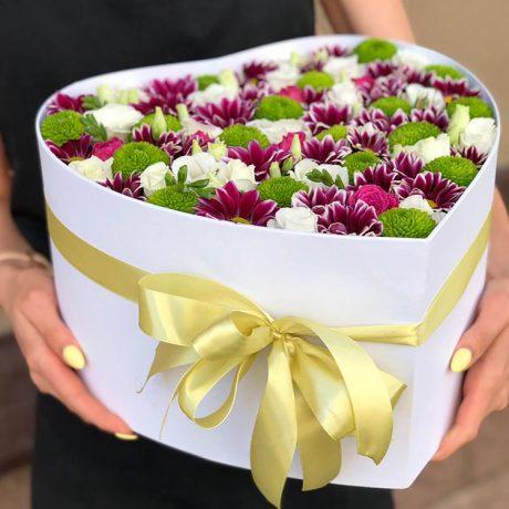 Хризантемы и эустомы в коробке в форме сердца
