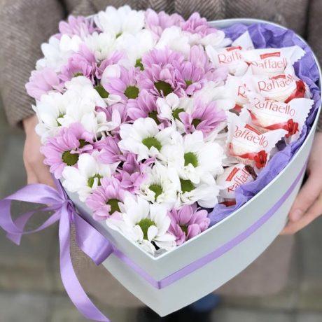 Хризантемы и Raffaello в коробке в форме сердца