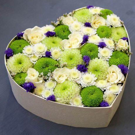 Хризантемы и статица в коробке в форме сердца