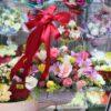Хвойные ветки и цветы в корзине