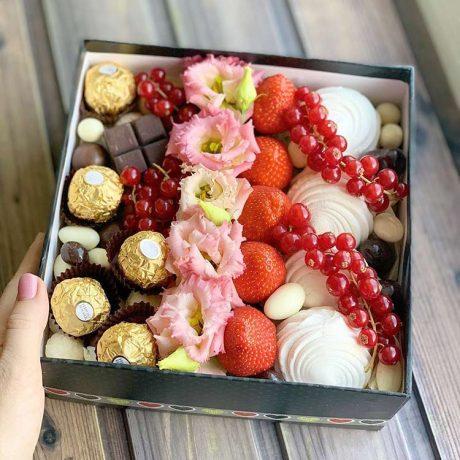 Конфеты и клубника в квадратной коробке
