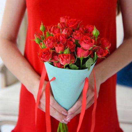 Красные кустовые розы в конусе