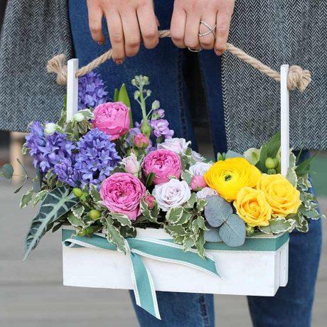 Кустовые розы и гиацинты в деревянном ящике