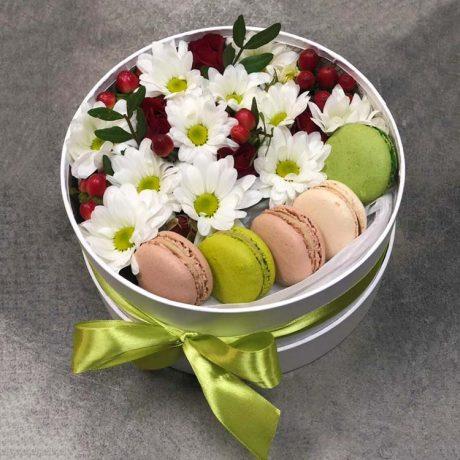 Макаруны, хризантемы и гиперикум в коробке