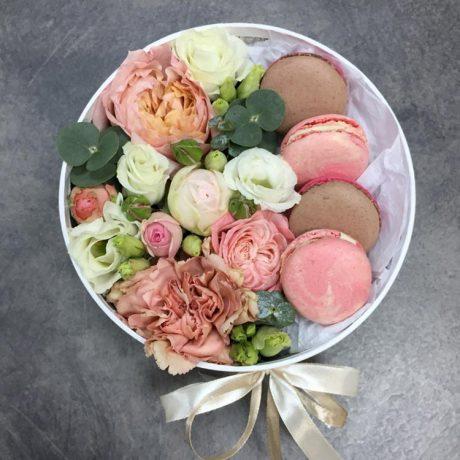 Макаруны, кустовые розы и эустома в коробке