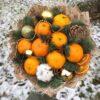 Новогодний букет их мандаринов и шаров