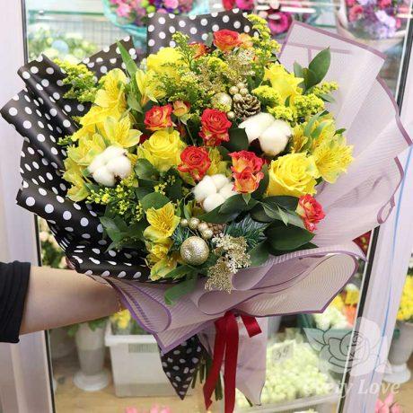 Новогодний букет из желтых альстромерий и роз
