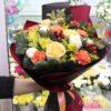 Новогодний букет из желтых роз и гвоздик