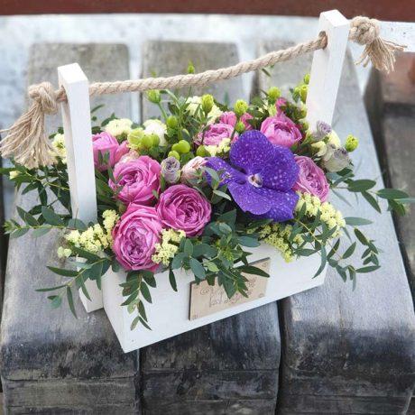 Пионовидные кустовые розы и ванда в ящике