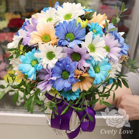 Разноцветные хризантемы в шляпной коробке