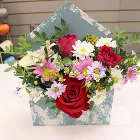 Розы и хризантемы в коробке-конверт