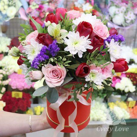 Тюльпаны и розы в шляпной коробке