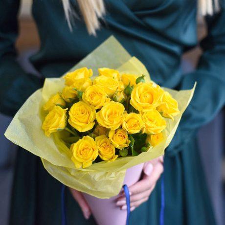 Желтые кустовые розы в конусе
