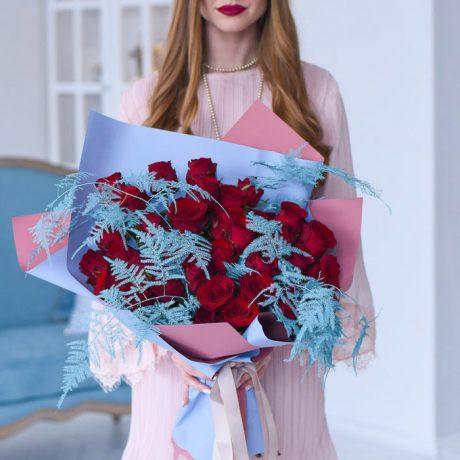 Зимний букет из 35 красных роз