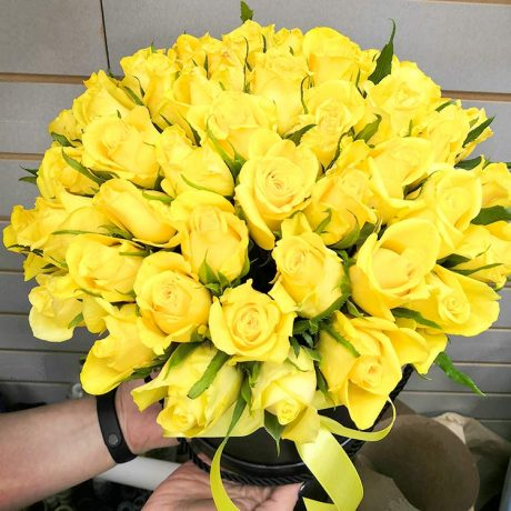 51 желтая роза в шляпной коробке