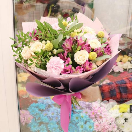 Букет из альстромерий, кустовых роз и гвоздик