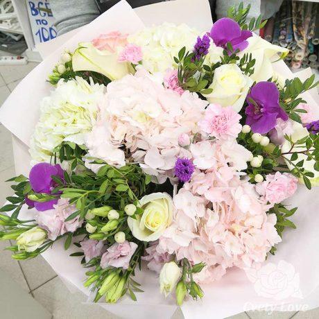 Букет из гортензий, эустом и орхидей