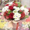 Букет из красных роз и белых хризантем