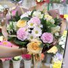 Букет из розовых гвоздик и роз