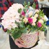 Гортензия и кустовые розы в шляпной коробке