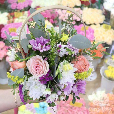 Корзина с кустовыми хризантемами и розами
