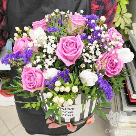 Розовые розы и тюльпаны в шляпной коробке