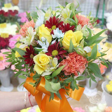 Розы и гвоздики в шляпной коробке