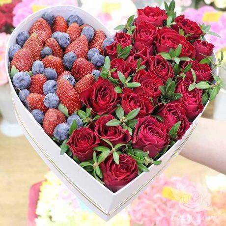 Розы и клубника в коробке в виде сердца