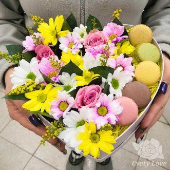 5 макарун и кустовые хризантемы в коробке