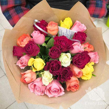 Букет из 27 кенийских роз в крафте