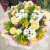 Букет из кремовых роз и белых хризантем