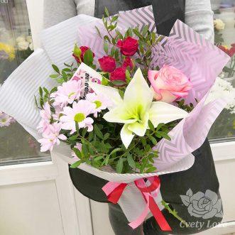 Букет из лилии, роз и кустовой хризантемы