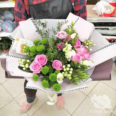Букет из роз, зеленых хризантем и эустом