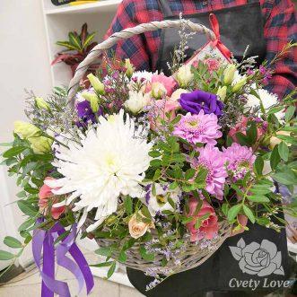 Хризантемы, эустомы и розы в корзине