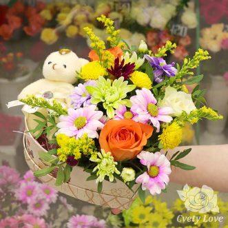 Игрушка, хризантемы и розы в коробке