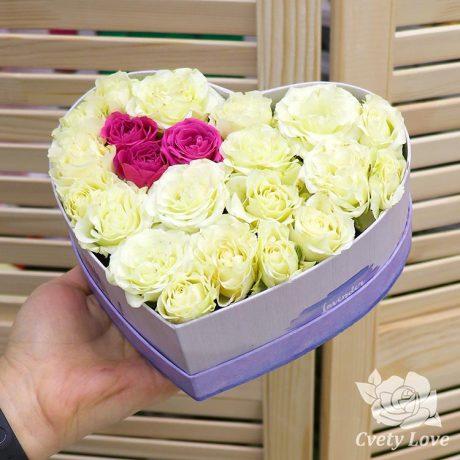 Кустовые розы в коробке в виде сердца