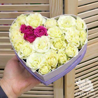 Кенийские розы в коробке в виде сердца