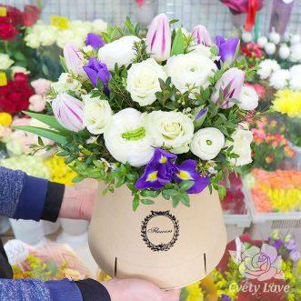 Ранункулюсы и тюльпаны в шляпной коробке