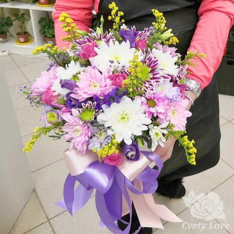 Разноцветные хризантемы и розы в коробке