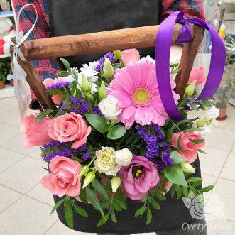 Розы, эустомы и гербер в ящике