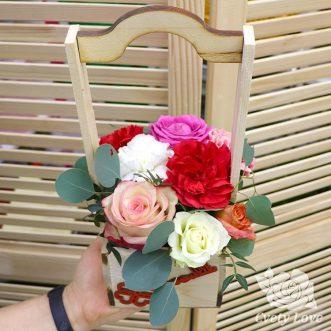 Розы и гвоздики в деревянном ящике