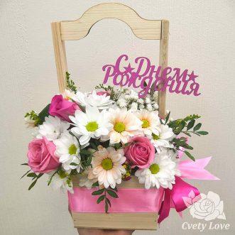Розы и кустовые хризантемы в деревянном ящике