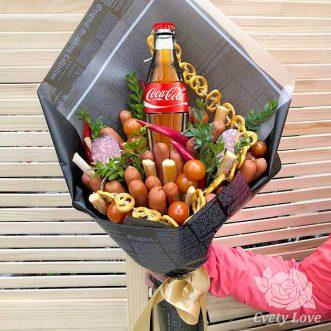 Букет из колбасы, помидоров и крендельков