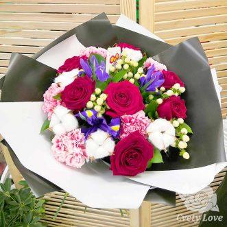 Букет из красных роз, гвоздик и ирисов