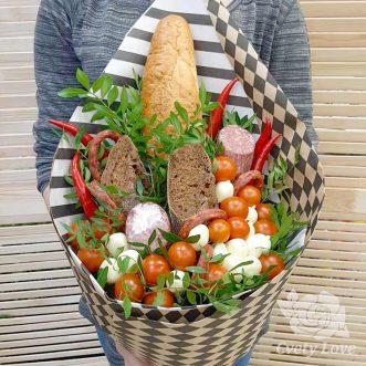Букет из сыра, помидоров и батона