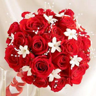 Букет невесты из красных роз и декора