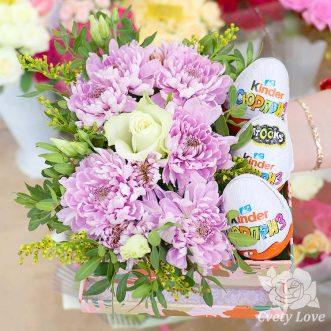 Киндер-сюрприз и хризантемы в коробке