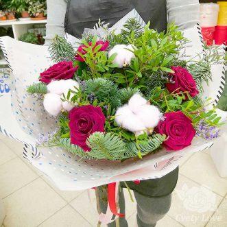Новогодний букет из красных роз, хвои и хлопка
