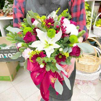 Новогодняя композиция из лилии, роз и гвоздик