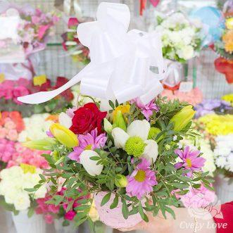Тюльпаны и красная роза в корзине